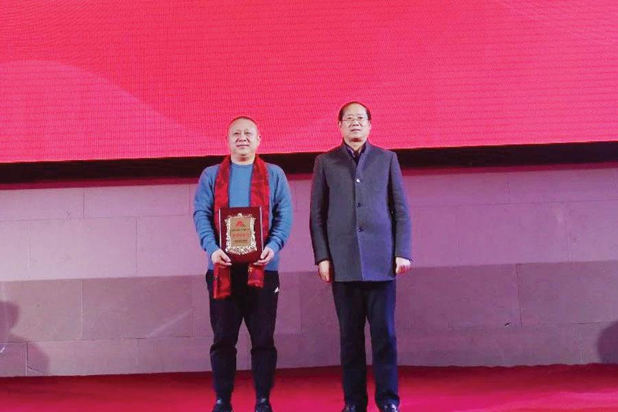 ▲安徽省市场监督管理局广告处处长刘先艾为合肥市广告协会监事单位授牌